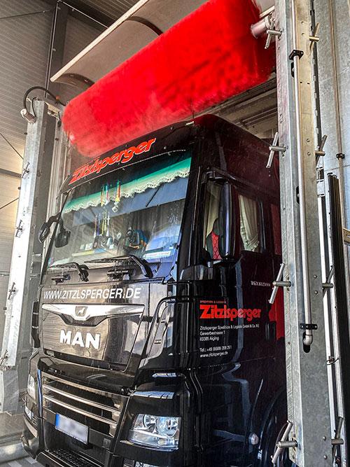 KLVrent Nutzfahrteugvermietung -  LKW in der Waschstraße beim Waschen