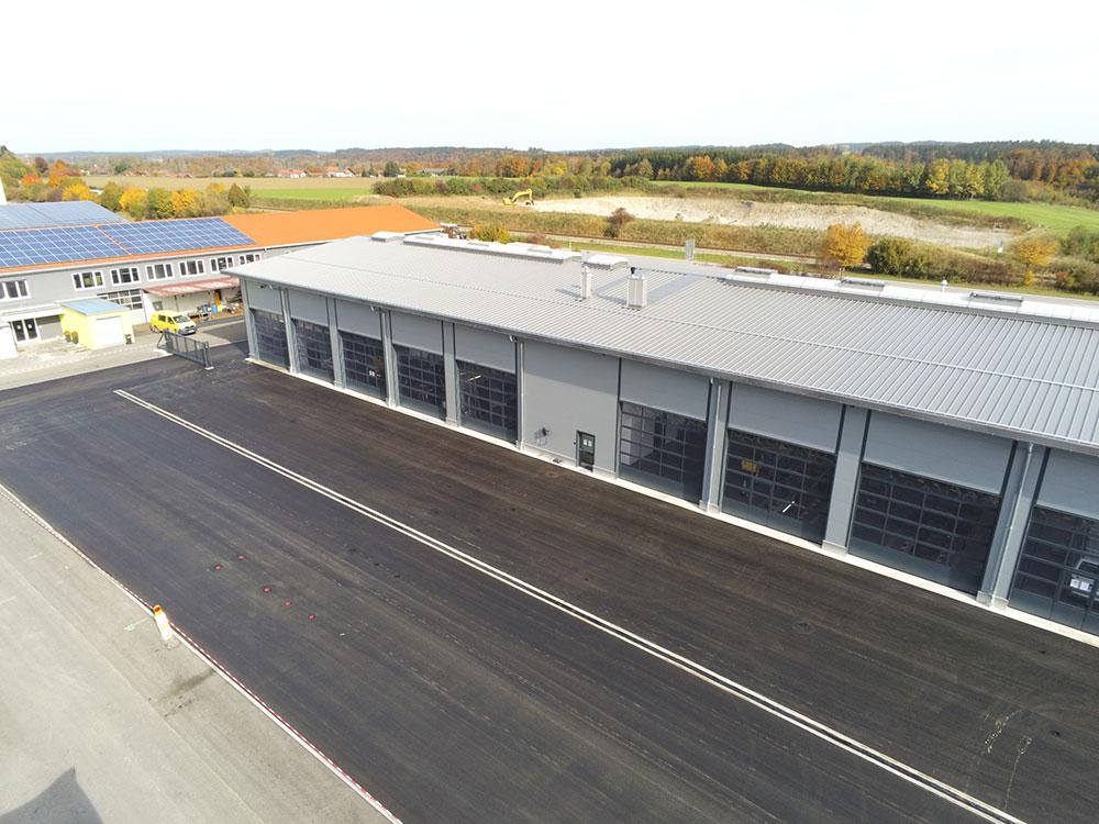 KLVrent Nutzfahrteugvermietung - Neue Halle von vorne und Photovoltaik